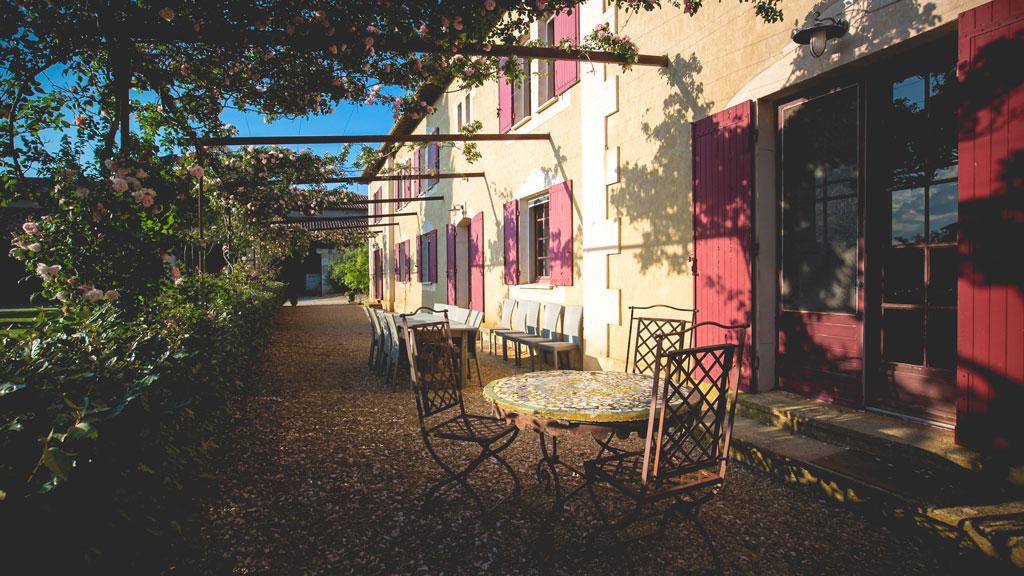 Terrasse du gîte du domaine d'Espeyran côté cour
